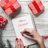 Composition en hiver pendant les vacances de Noël et de nouvelle année, vacances avec les cadeaux modernes Photographie stock