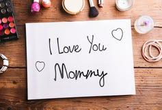 Composition en jour de mères Note et produits de beauté sur la table Images libres de droits