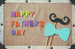 Composition en jour de pères avec les lettres en bois colorées Images libres de droits