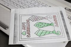 Composition en jour de pères Vue supérieure de carte de voeux faite main sur le clavier, sur le fond en bois de bureau Photos stock
