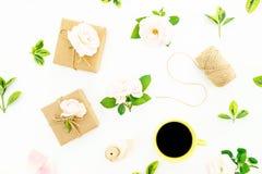 Composition en jour de valentines avec des roses, des cadeaux et la tasse de café sur le fond blanc Configuration plate, vue supé photographie stock libre de droits