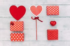 Composition en jour de valentines Coeurs rouges, boîte-cadeau, sur le fond en bois Photo libre de droits