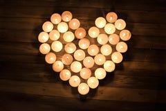 Composition en jour de valentines le coeur sur le feu : Le coeur est les WI formés Photos libres de droits
