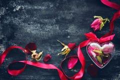 Composition en jour du ` s de Valentine avec les roses sèches Photos libres de droits