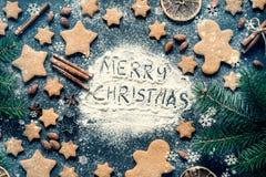 Composition en Joyeux Noël avec des biscuits de pain d'épice Photographie stock libre de droits