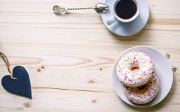 Composition en matin avec du café et des butées toriques sur une table en bois L'espace pour la présentation des travaux ou du te Photographie stock