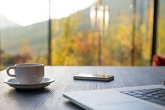 Composition en matin de voyage d'affaires avec du café et le téléphone d'ordinateur Photographie stock libre de droits