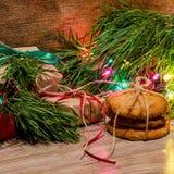 Composition en Noël avec des cadeaux, des biscuits et des jouets Photographie stock