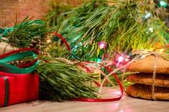 Composition en Noël avec des cadeaux, des biscuits et des jouets Photographie stock libre de droits