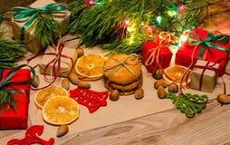 Composition en Noël avec des cadeaux, des biscuits et des jouets Photos libres de droits