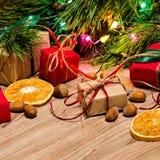 Composition en Noël avec des cadeaux, des biscuits et des jouets Photo stock