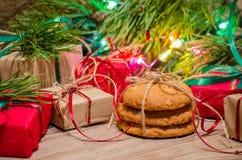 Composition en Noël avec des cadeaux, des biscuits et des jouets Images stock
