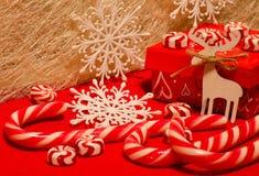 Composition en Noël avec des cadeaux et des bonbons dans le col blanc et rouge Image libre de droits