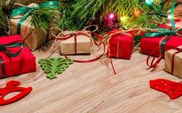 Composition en Noël avec des cadeaux et des jouets sous le branche de pin Photo libre de droits