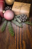 Composition en Noël avec le boîte-cadeau et décorations sur le vieux fond en bois Photographie stock