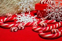 Composition en Noël avec le caramel rouge et blanc Photo libre de droits