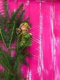 Composition en Noël avec le jouet féerique d'arbre de Noël sur une branche Photo libre de droits
