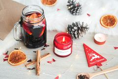 Composition en Noël avec le verre de vin chaud chaud photo libre de droits