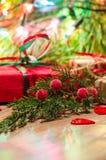 Composition en Noël avec les cadeaux et la branche du cyprès Photographie stock