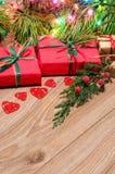 Composition en Noël avec les cadeaux et la branche du cyprès Photos stock