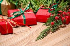 Composition en Noël avec les cadeaux et la branche du cyprès Image libre de droits