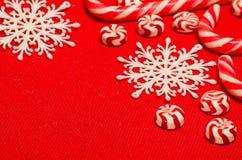 Composition en Noël avec les sucreries et les flocons de neige blanc rouge sur a Photographie stock