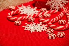 Composition en Noël avec les sucreries et les flocons de neige blanc rouge sur a Photos libres de droits