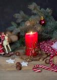 Composition en Noël avec une bougie, des branches de sapin et des décorations de Noël images libres de droits