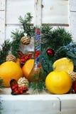 Composition en Noël avec une bouteille et des oranges Photographie stock