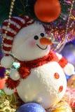 Composition en Noël de conte de fées avec le bonhomme de neige et le décor de Noël Images libres de droits