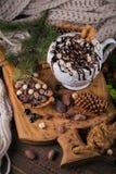 Composition en Noël ou en nouvelle année avec le Dr. de chocolat chaud ou de cacao Photos libres de droits