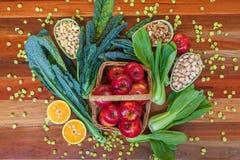 Composition en nourriture biologique avec des verts et des écrous de pommes Photo libre de droits