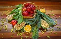 Composition en nourriture biologique avec des verts et des écrous de pommes Photos stock