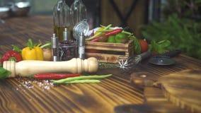 Composition en nourriture des légumes, de l'assaisonnement et des herbes colorés sur la table en bois Fin vers le haut des tomate banque de vidéos
