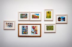 Composition en photo sur le mur blanc Photo stock