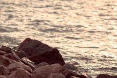 Composition en pierre dans le coucher du soleil Photos stock