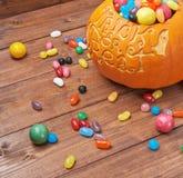 Composition en potiron de des bonbons ou un sort Image stock