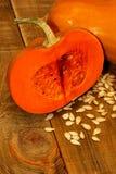 Composition en potirons de thanksgiving sur le conseil en bois Photos stock