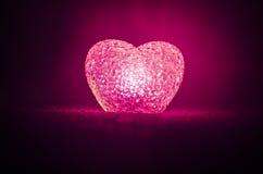 Composition en Saint-Valentin avec le bonbon brûlant le coeur multicolore sur le fond foncé, le centre sélectif, ou la carte de v Photographie stock libre de droits