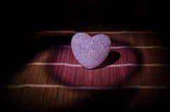 Composition en Saint-Valentin avec le bonbon brûlant le coeur multicolore sur le fond foncé, le centre sélectif, ou la carte de v Photos libres de droits