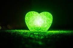 Composition en Saint-Valentin avec le bonbon brûlant le coeur multicolore sur le fond foncé, le centre sélectif, ou la carte de v Photographie stock