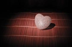 Composition en Saint-Valentin avec le bonbon brûlant le coeur multicolore sur le fond foncé, le centre sélectif, ou la carte de v Photo libre de droits