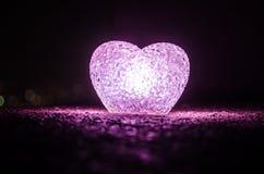 Composition en Saint-Valentin avec le bonbon brûlant le coeur multicolore sur le fond foncé, le centre sélectif, ou la carte de v Photos stock