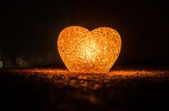 Composition en Saint-Valentin avec le bonbon brûlant le coeur multicolore sur le fond foncé, le centre sélectif, ou la carte de v Images libres de droits
