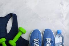 Composition en sport de Flatlay avec les espadrilles bleues d'équipement d'équipement Photographie stock libre de droits