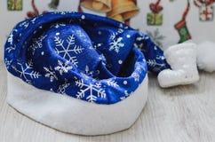Composition en vacances de Noël avec l'endroit pour le texte Chapeau de Santa, bottes décoratives Photos libres de droits