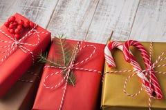 composition en vacances de Noël d'art sur le fond en bois blanc avec la décoration d'arbre de Noël et espace de copie pour votre  photographie stock