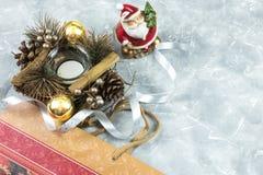 Composition en vacances de Noël sur un fond concret bleu blanc avec l'espace de copie pour votre texte photographie stock