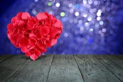 Composition en Valentine avec la forme de coeur faite de pétales de rose Photographie stock libre de droits