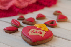 Composition en valentines de St Gâteaux de miel vitrés par rouge sur la table en bois Photos stock